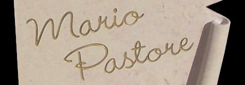 tomba con incisione del nome su pergamena