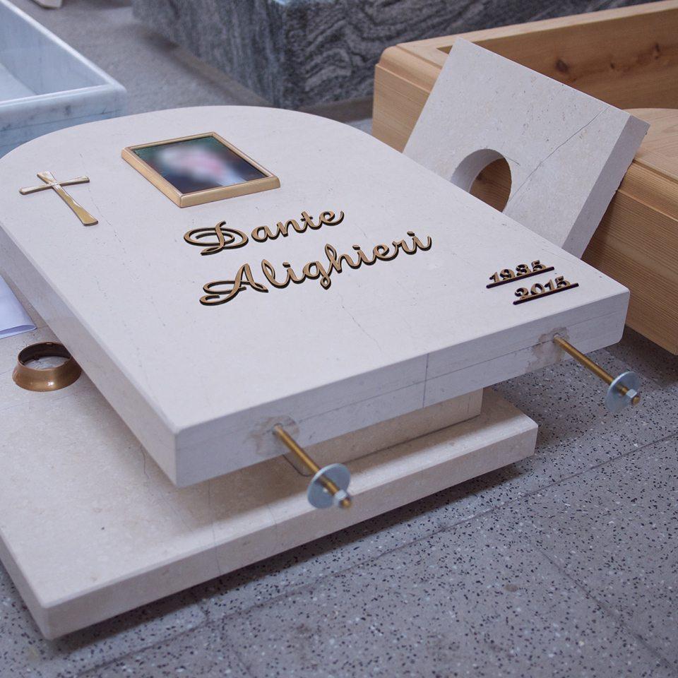 tomba smontata pronta per essere installata in esterno